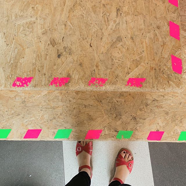 I love this flooring - thinking about having this in the new house with the fluorescent pattern too.